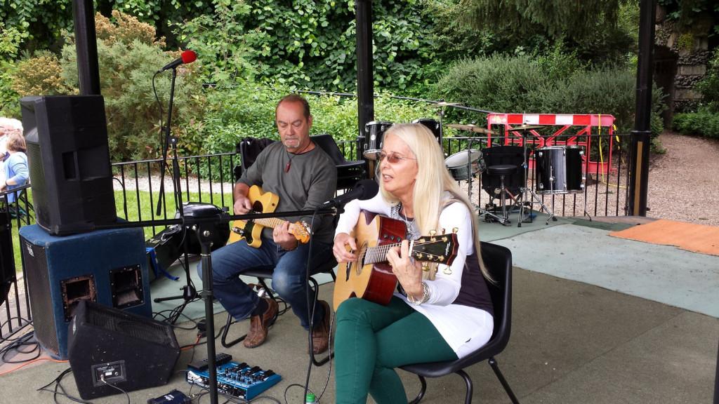 Sheri Kershaw in Jubilee Gardens Saffron Walden 21 June 2015 1500x844